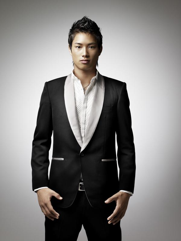 男性的な色気が感じられるスーツ姿の鈴木伸之の高画質画像
